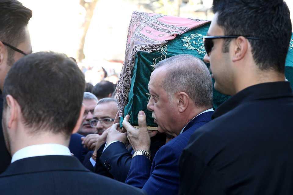 Cumhurbaşkanı+Erdoğan,+Akbaşoğlu%E2%80%99nun+annesinin+cenazesine+katıldı