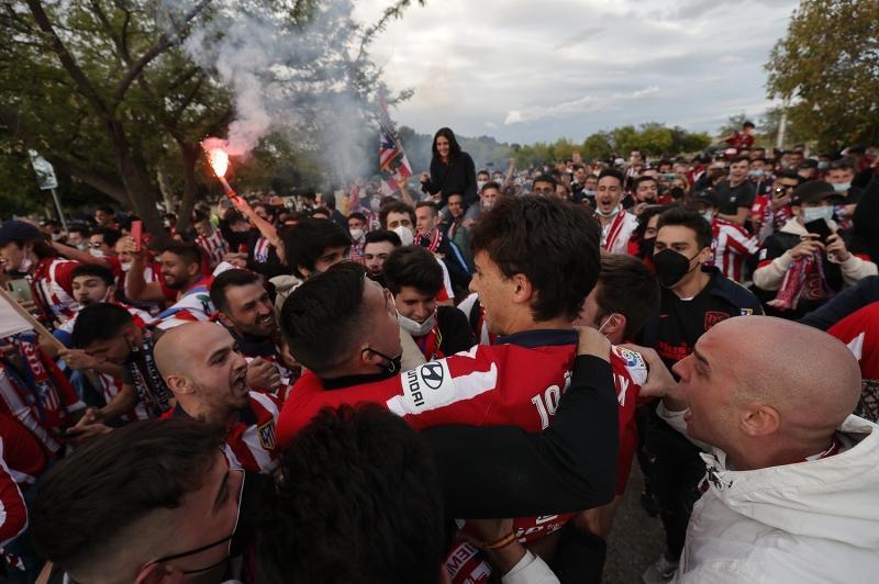 Atletico+Madrid%E2%80%99de+futbolcular+ve+taraftarlar+%C5%9Fampiyonlu%C4%9Fu+birlikte+kutlad%C4%B1