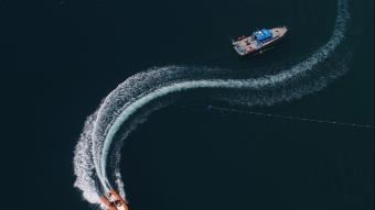 Konyaaltı Plajı'nda tatilcilere denizden 3 dilde ''sosyal mesafe'' uyarısı