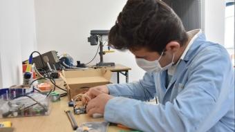 Meslek lisesi öğretmenlerinin ürettiği ''temassız'' el dezenfektan cihazına yoğun ilgi