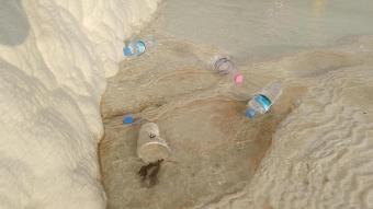 'Beyaz cennet'te rezalet görüntüler: Travertenlerin üzeri çöple doldu