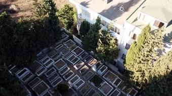 Apartman sakinleri tedirgin: Mezarlık duvarı her geçen gün binamıza yaklaşıyor