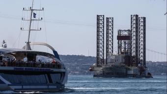 Dev petrol platformu ''GSP Saturn'' İstanbul Boğazı'nda ilerliyor
