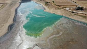 Suyu çekilen gölete balıkların yaşaması için su takviyesi yapıldı