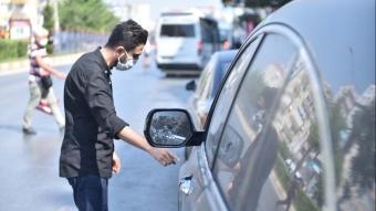 Mersin'de park halindeki araca zarar veren kişi güvenlik kamerasında