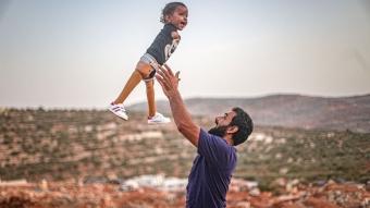 Muhammed bebek, Türkiye'de kavuştuğu protez bacaklarıyla İdlib'e döndü