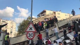 İzmir'in Bayraklı ilçesinde yıkılan binanın enkazından yaralılar çıkarıldı