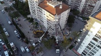 Binanın yan yatmaması için 3 vinçle destek verildi