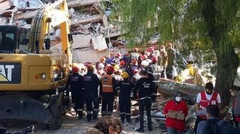 İzmir'de enkaz altındaki anne ve 4 çocuğuna ulaşıldı