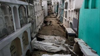 Ekvador'da ölenler mezarlarından çıkarılıyor