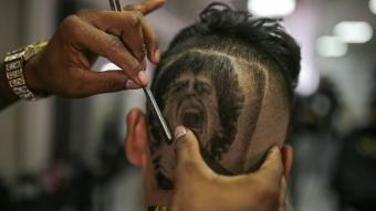 Hayranları Bogota'daki berberlerde Maradona'nın portresini kafalarına kazıttı