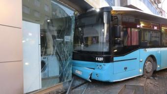 İstanbul'da halk otobüsü iş yerine girdi