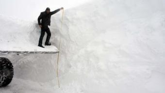 Muş'ta ''kar kaplanları'' yolları açmak için metrelerce karla mücadele ediyor