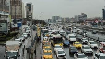 İstanbul'da etkili olan yağışlı hava, trafikte yoğunluğa neden oldu