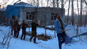 Mahalleyi istila eden kargaları davul ve tef çalarak kovmaya çalışıyorlar