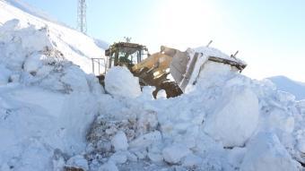 Bitlis'te metrelerce yükseklikteki karla zorlu mücadele böyle görüntülendi