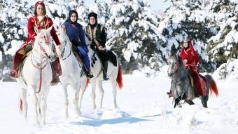 Erzurumlu kadınlar karla kaplı ormanda atlı safari yaptı