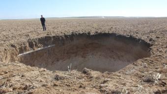 Konya'da mısır hasadının yapıldığı tarlada 40 metre derinliğinde obruk oluştu!