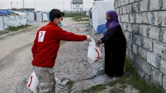 Türk Kızılay Irak Delegasyonuna ait fırında üretilen ekmekleri mültecilere dağıttı