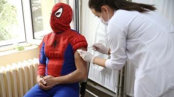 Farkındalık oluşturmak için koronavirüs aşısı olmaya bu kostümle gitti