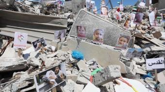 Ölen çocukların fotoğrafları Gazze'deki bir binanın enkazı üzerinde sergilendi