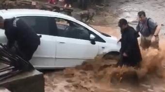 İzmir'de dere ve çaylar taştı, araçlar sürüklendi