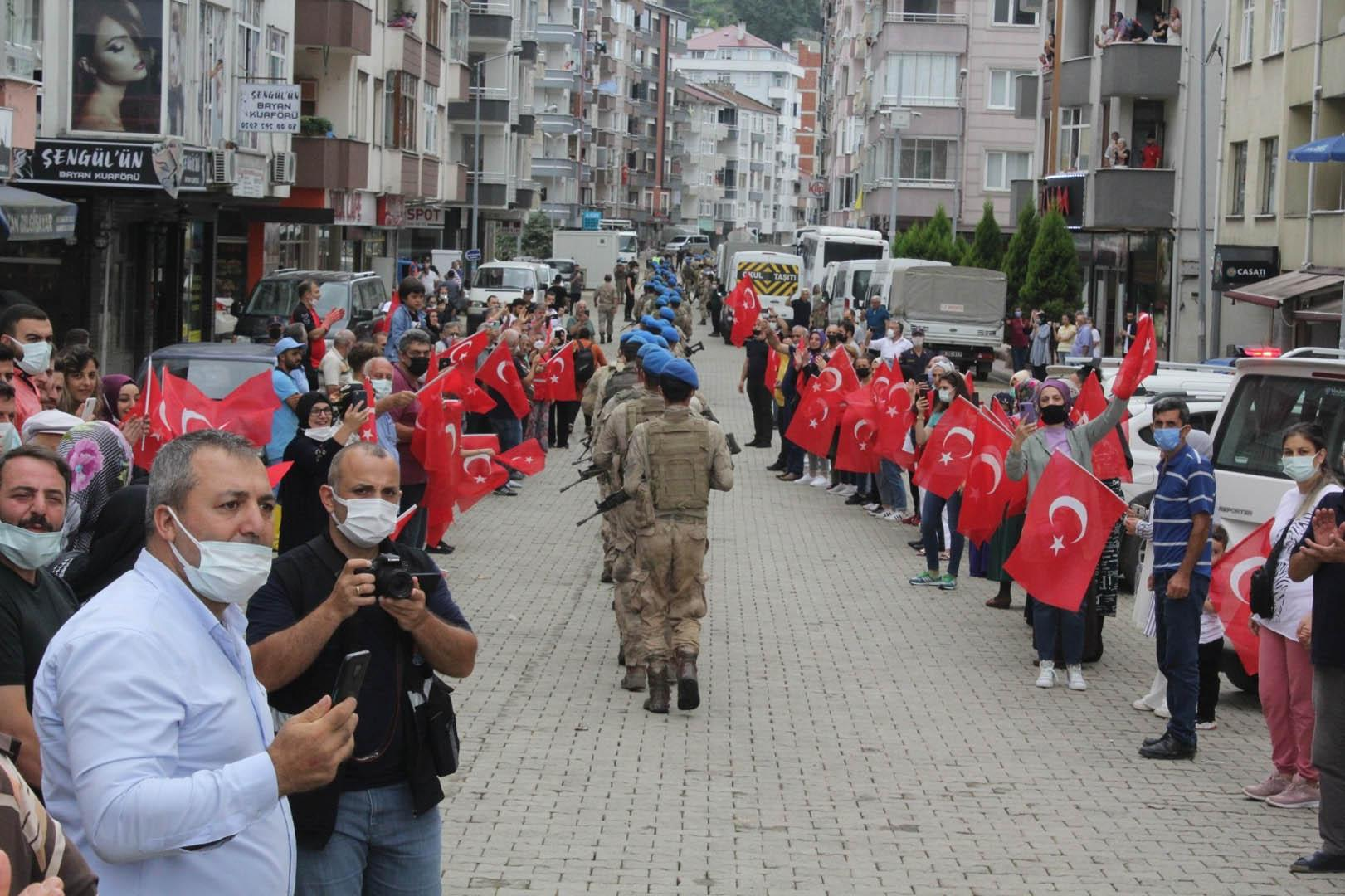 Arhavi´deki selde görev yapan jandarmalar ilçeden bayraklarla uğurlandı -  Yaşam Fotoları | AKŞAM