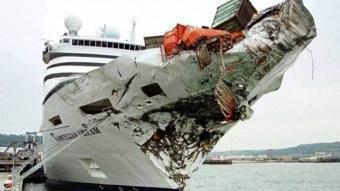 Denizde dehşet anları! dev gemi paramparça oldu