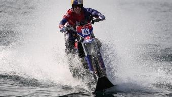 Motosikletiyle suyun üzerinde İstanbul Boğazı'nı geçti