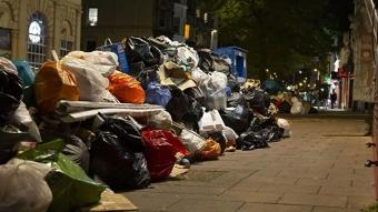 Temizlik işçileri greve gitti sokaklar çöp yığınları ile doldu
