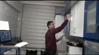 Kayseri'de matematik öğretmeni, mutfak dolabını yazı tahtası yaparak öğrencilerine ders anlattı