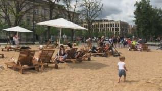 Tatile gidemeyenler için şehrin göbeğine plaj kuruldu