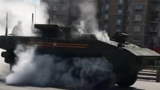 Rusya'nın son teknoloji tankı geçit töreninde dumanlar içinde kaldı
