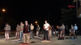 İmama küstüler, cami yerine kıraathane önünde namaz kıldılar