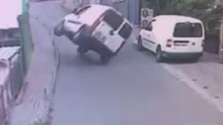 Böyle kaza görülmedi! ilginç kaza güvenlik kamerasına yansıdı
