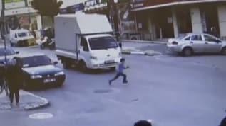 Esenyurt'ta yola fırlayan çocuğa kamyonet çarptı