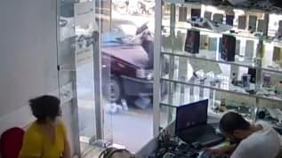 Kaldırımda yürüyen kadına araç çarptı yaşananlar kameraya yansıdı