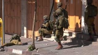 İsrail askerleri Filistinli bir genci gözaltına aldı