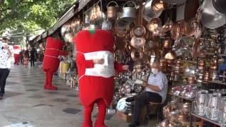 İsot kostümlü maskotlardan maske dağıtımı