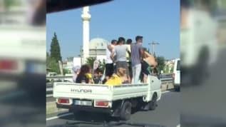 Kamyonet kasasında yolculuk yapanlar trafikte tehlike saçtı