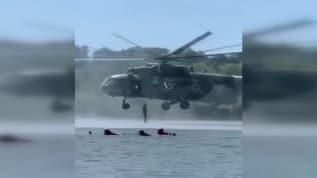 Nehirde yüzen tatilciler bir anda ortaya çıkan askeri helikopteri görünce bakakaldılar