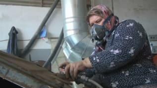 54 yaşındaki Meryem Yılmaz sanayide erkeklere taş çıkartıyor