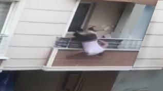 Tartıştığı kişiye tencere atarken balkondan düştü