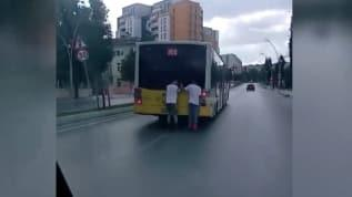Patenli çocuklar otobüsün arkasına tutunarak canlarını hiçe saydılar
