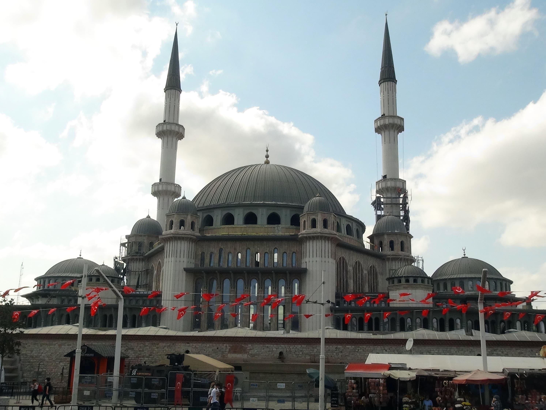 <p>Taksim'de yapımı devam eden cami inşaatında son olarak şerefelerin tamamlanması ve iskelele