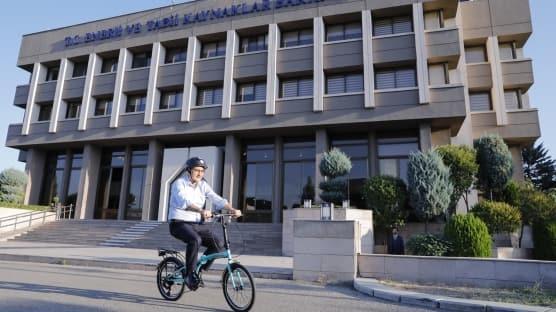 Bakan Dönmez sağlıklı yaşam ve sıfır emisyon konusunda farkındalık oluşturmak için bisiklet sürdü