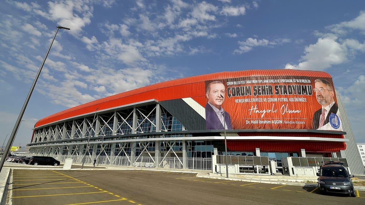 <p>Yaklaşık 160 milyon liraya mal olan stadyum, 15 bin kişilik  kapasiteye sahip. Tribün koltukları,
