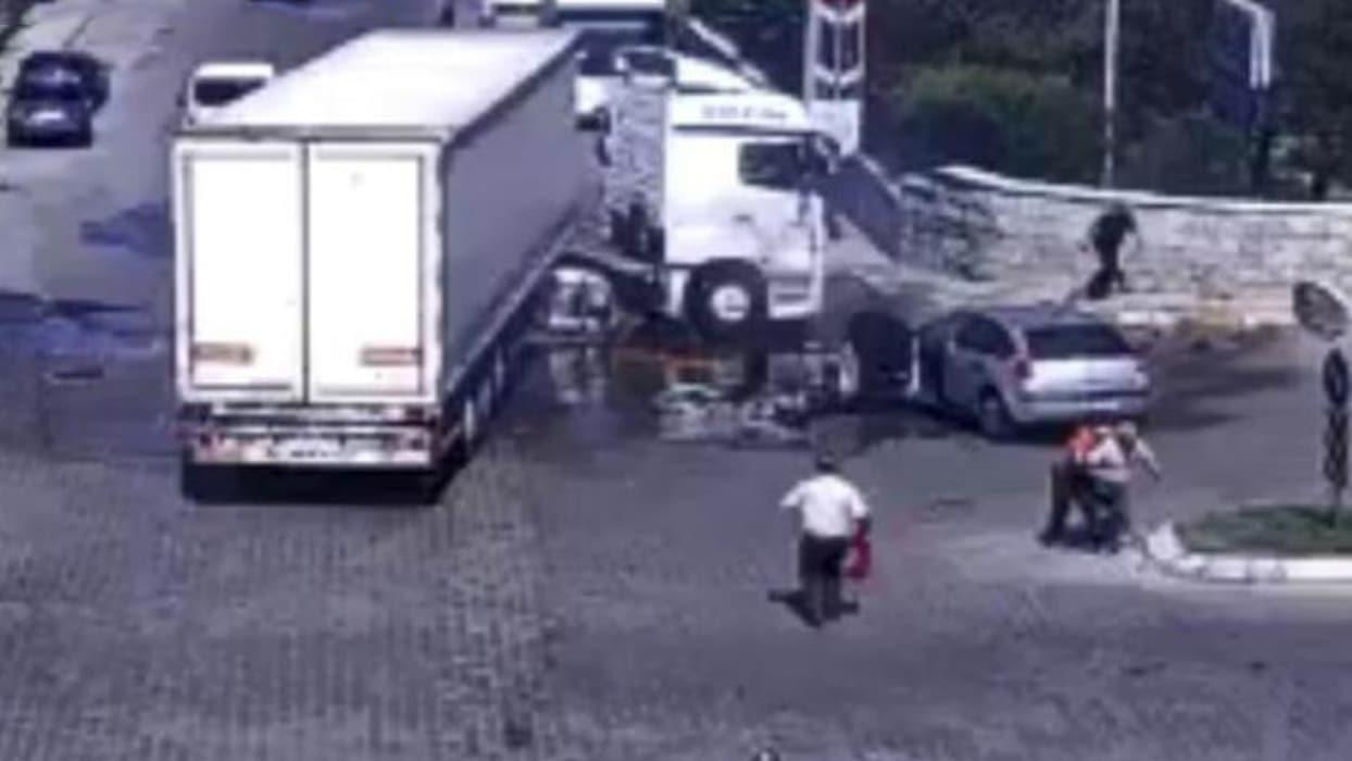 <p>Kayseri Organize Sanayi Bölgesi 17. Cadde'de meydana gelen kazada, kavşaktan dönmeye çalışan tıra