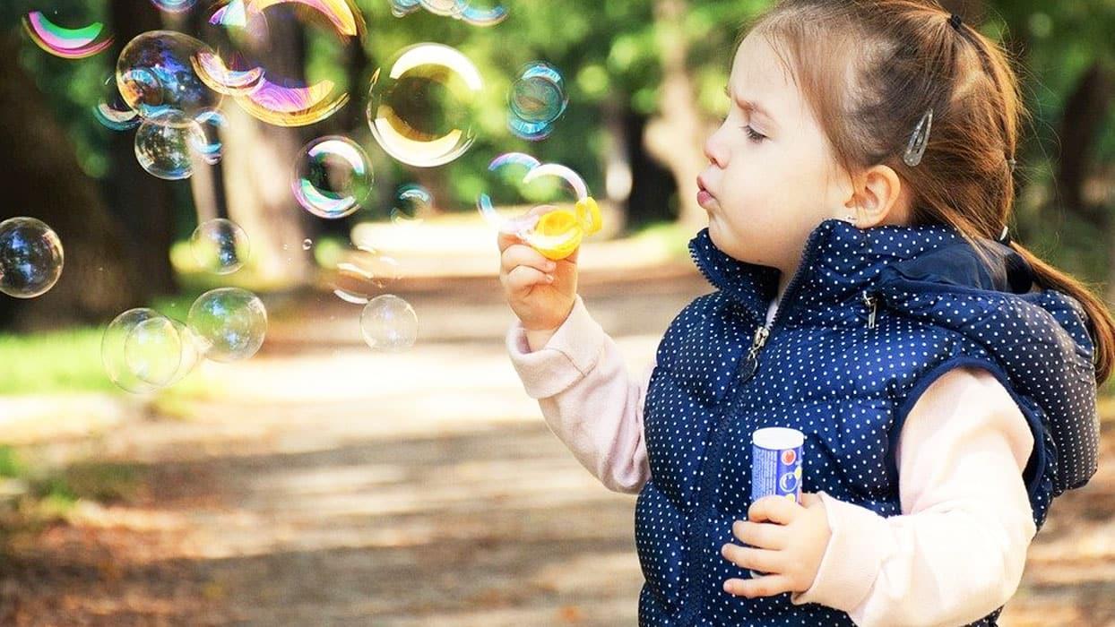 <p>Astım, çocuklarda en sık görülen kronik hastalıkların başında geliyor. Bebeklik döneminde alerjiy