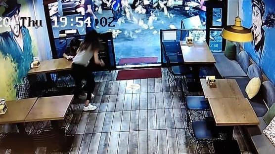 Kafeden sokağa binlerce lira saçıldı
